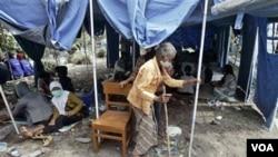 Seorang nenek tinggal di perkemahan darurat bagi pengungsi Merapi di Umbulharjo, Yogyakarta.