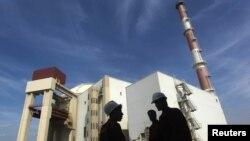 Trabajadores iraníes en frente a la planta nuclear de Bushehr, al sur de Teherán.