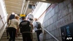 La police scientifique patrouille à la gare d'Arras, dans le nord de la France, au lendemain de la fusillade dans un train Thalys, à Paris, le 22 août 2015.