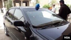 مقتول سول افسر کی سرکاری گاڑی جس پر گولیوں کے نشان واضح ہیں۔
