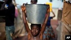 Un petit Centrafricain réfugié à l'aéroport de Bangui