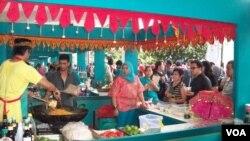 Stan mie Aceh Sabang salah satu menu favorit pengunjung Festival Kuliner Warisan Nusantara. (VOA/Budi Nahaba)