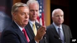 សមាជិកព្រឹទ្ធសភា៣រូប ដែលរួមមានលោក John McCain នៅខាងស្តាំ បានថ្លែងទៅកាន់អ្នកសារព័ត៌មានក្រោយពេលមានការប្រជុំនៅវិមាន Capitol កាលពីថ្ងៃទី២៧ ខែកក្កដា អំពីច្បាប់ Obamacare។
