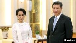 지난해 6월 미얀마 민족민주동맹(NLD) 의장 자격으로 중국을 방문해 시진핑(오른쪽) 국가주석과 만난 아웅산 수치 미얀마 국가자문역 겸 외무장관. (자료사진)