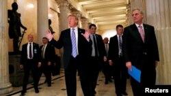 El presidente de EE.UU., Donald Trump, habla brevemente a periodistas tras una reunión a puertas cerradas con los legisladores republicanos en el Capitolio. Junio 19 de 2018.