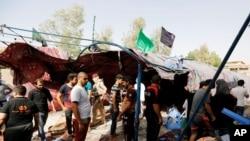 大眾聚集在巴格達北部夏巴地區的爆炸地點(2016年10月15日)