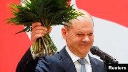Seçimden birinci sırada çıkmayı başaran Sosyal Demokrat parti lideri Olaf Scholz