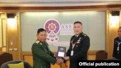 တပ္မေတာ္စစ္ဘက္ေရးရာ လံုၿခံဳေရး အရာရိွခ်ဳပ္ ဒုတိယဗုိလ္ခ်ဳပ္ၾကီး စိုးထြဋ္ (၀ဲ) (သတင္းဓာတ္ပံု- Asean Chiefs of Defence Forces Meeting)