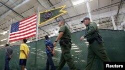 Según la patrulla fronteriza hay días que el número de menores solos que ingresan por la frontera asciende a 100, de más de 300 que se reportó el pasado mes de junio.