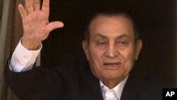 រូបឯកសារ៖ អតីតប្រធានាធិបតីអេហ្ស៊ីប លោក Hosni Mubarak លើកដៃស្វាគមន៍អ្នកគាំទ្ររបស់លោកនៅមន្ទីរពេទ្យយោធា Maadi ដែលលោកកំពុងទទួលការព្យាបាលជំងឺនៅទីនោះ។