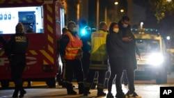 法國警察10月31日在里昂發生希臘牧師遭槍殺案現場進行調查。
