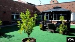 Los empleados del hospital transformaron un espacio de azotea en un jardín lleno de flores y lugares para sentarse a tomar el sol y respirar aire libre.