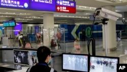 香港國際機場工作人員在檢測抵達香港的乘客的體溫。(2020年1月4日)