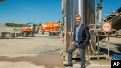 El director ejecutivo y fundador de CarbonCure, Rob Niven, de pie con un sistema CarbonCure y un camión de concreto, el 19 de abril de 2021.