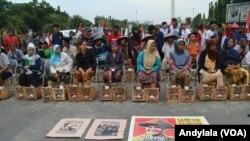 Para petani berunjuk rasa menolak pabrik PT Semen Indonesia di Pegunungan Kendeng, Rembang Jawa Tengah di depan Istana Merdeka Jakarta. (Foto: VOA/Andylala)