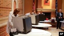3일 미국 인디애나 주에서 대통령 선거 예비선거가 진행된 가운데, 카르멜 시의 한 교회에서 유권자들이 투표하고 있다.