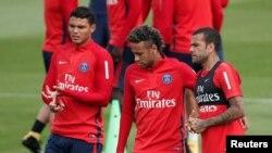 Neymar au milieu de ses coéquipiers Dani Alves et Thiago Silva lors d'une séance d'entraînement à Saint-Germain-en-Laye, près de Paris, France, 11 août 2017.