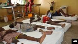 Para korban luka-luka akibat ledakan dirawat di rumah sakit Maiduguri, Nigeria (17/6).