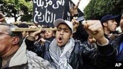 ພວກປະທ້ວງພາກັນຫາມໂລງປອມ ເພື່ອເປັນສັນຍະລັກ ພັກ RCD ຂອງປະທານາທິບໍດີ Zine al-Abidine Ben Ali ທີ່ຖືກໂຄ່ນ ລົ້ມໄປໃນນະຄອນຫລວງ Tunis, ວັນທີ 19 ມັງກອນ 2011