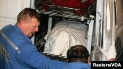 ანნა პოლიტკოვსკაიას ცხედარი შემთხვევის ადგილიდან გადააქვთ. მოსკოვი, 2006 წელი.