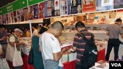 香港書展的會場內明鏡書店售賣最多中國大陸禁書(丁力)