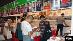 历届香港书展都有关于中国政治的书籍吸引读者(美国之音丁力拍摄)