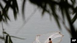 住在湄公河边的一位柬埔寨渔民在金边郊外撒网