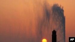 Matahari terbenam di belakang masjid dan air mancur Jeddah yang terkenal, di Jeddah, Arab Saudi, 29 Agu