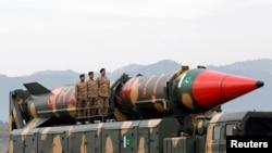 Pakistan hərbçiləri hərbi para zamanı Şahin-II orta mənzilli raketin yanında durub, Pakistan, 23 mart, 2019-cu il.