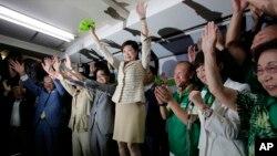 고이케 유리코(가운데) 일본 도쿄 도지사 당선자가 31일 도쿄의 선거상황실에서 승리를 확인한 뒤 지지자들과 함께 환호하고 있다.