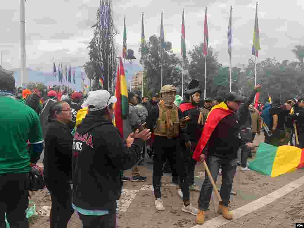 En El Prado de Cochabamba salen caravanas a festejar la dimisión del Gobierno del presidente Evo Morales. Foto: Fabiola Chambi - VOA.