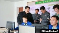 북한 김정은 국방위원회 제1위원장이 원산신발공장을 현지지도했다고 지난 달 27일 관영 조선중앙통신이 보도했다. (자료사진)