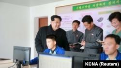 朝鲜中央通讯社发布的朝鲜领导人金正日在一个没有具体说明的日期里视察一家制鞋厂的照片。(2015年11月27日)