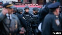 Policija ispred autobuskog terminala Port Authority u Njujorku