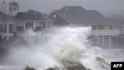 Sóng đánh mạnh trong lúc thủy triều dâng cao khi bão Irene thổi qua Bayshore, New York, ở Long Island, Chủ Nhật, 28/8/2011