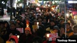 31일 오후 서울 청계광장 인근에 모인 박근혜 대통령 하야 촉구 촛불집회 참가자들이 행진하고 있다.