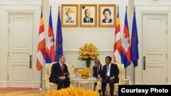 ឯកអគ្គរដ្ឋទូតអាមេរិកប្រចាំកម្ពុជាលោក William A. Heidt និងលោកនាយករដ្ឋមន្ត្រី ហ៊ុន សែន បានជួបពិភាក្សាគ្នាដើម្បីជំរុញទំនាក់ទំនងល្អរវាងសហរដ្ឋអាមេរិកនិងកម្ពុជា មុននឹងលោកឯកអគ្គរដ្ឋទូត បញ្ចប់បេសកកម្មនៅកម្ពុជា ភ្នំពេញ ថ្ងៃទី២០ ខែវិច្ឆិកា ឆ្នាំ២០១៨។ (រូបថតដោយ U.S. Embassy Phnom Penh)
