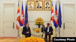 Outgoing US Ambassador William A. Heidt (left) meets with Cambodian Prime Minister Hun Sen (right) to discuss relations between the two countries, Phnom Penh, November 20, 2018. (Courtesy of U.S. Embassy Phnom Penh, Cambodia)