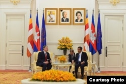 Then-U.S. Ambassador William A. Heidt (left) meets with Cambodian Prime Minister Hun Sen to discuss relations between the two countries, Phnom Penh, November 20, 2018. (Courtesy of U.S. Embassy Phnom Penh, Cambodia)