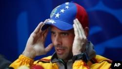 El líder opositor Henrique Capriles habla durante una conferencia de prensa en su oficina en Caracas.