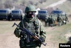 Nga phủ nhận có binh sĩ tham chiến tại miền đông Ukraine, nói rằng những người lính Nga chiến đấu bên cạnh các phiến quân Ukraine đòi ly khai thân Nga là những người tình nguyện.