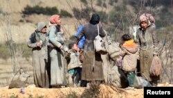 Người Syria thất tán quần áo dính đầy bùn đất chờ đợi tại thị trấn Khirbet Al-Joz để được vào Thổ Nhĩ Kỳ, ngày 7/2/2016. Những người Syria bỏ nhà cửa đi lánh nạn hiện phải chịu đựng giá rét, đói khát và chết chóc trên đường tị nạn.
