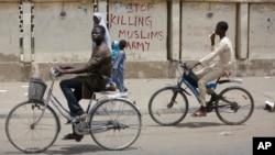 """""""Exército, pare de matar muculçamanos"""", lê-se numa parede na cidade de Kano, Nigéria."""