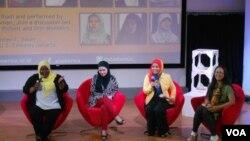 Peserta program Hijabi Monologues Indonesia berbagi kisahnya di Pusat Kebudayaan @america (22/10). (VOA/Alina Mahamel)