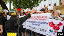 Para demonstran Vietnam melakukan unjuk rasa anti-Tiongkok di ibukota Hanoi (3/7).