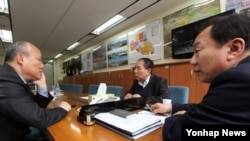 개성공단 사태 해결을 위해 한국 정부가 남북 당국간 실무회담 개최를 제의한 25일, 개성공단기업협회에서 관계자들이 회의를 하고 있다.
