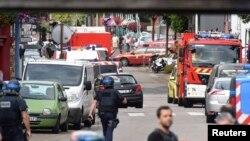 26일 프랑스 북부 노르망디의 한 성당에서 괴한들이 인질 5명을 붙잡고 인질극을 벌인 가운데, 경찰과 구조요원들이 주변에 모여있다.