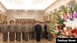 김정은 북한 국방위원회 제1위원장이 해방 70돌인 15일 0시 금수산태양궁전을 찾아 김일성 주석과 김정일 국방위원장을 참배했다고 조선중앙통신이 15일 보도했다.