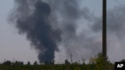 Khói đen bốc lên sau khi máy bay trực thăng của quân đội Ukraine bị bắn rơi bên ngoài Slovyansk, Ukraine, 29/5/2014.