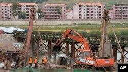 Công nhân làm việc tại một công trình xây dựng cạnh sông Tumen, biên giới giữa Trung Quốc và Triều Tiên.